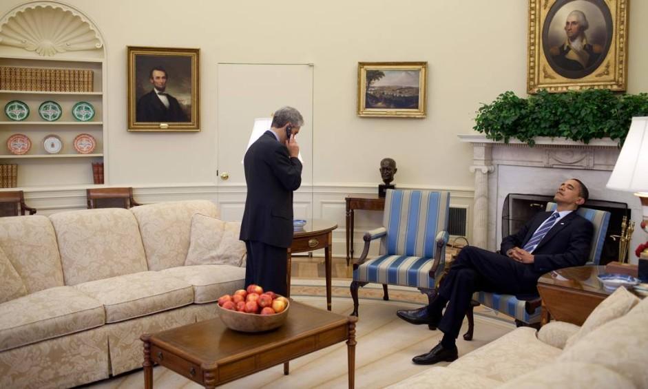 Presidente Barack Obama repousa a cabeça em cadeira enquanto seu chefe de Gabinete, Rahm Emanuel, fala ao telefone no Salão Oval Foto: Pete Souza / White House