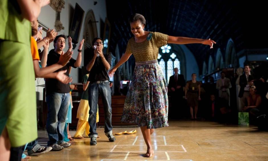O período de Michelle Obama como primeira-dama dos EUA foi marcado por bom humor e iniciativas para estimular o exercício físico e prevenir a obesidade. Nesta foto de 2010, ela brinca de amarelinha numa universidade em Bombaim Foto: Chuck Kennedy / The White House