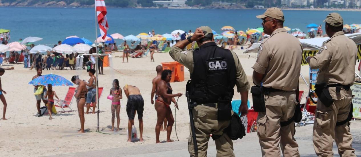 Guardas municipais no calçadão e areias do Arpoador Foto: Fabiano Rocha / Agência O Globo