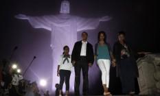 Barack Obama e família visitam a estátua do Cristo Redentor, no Rio de Janeiro, em passagem pelo Brasil em março de 2011 Foto: JASON REED / Reuters