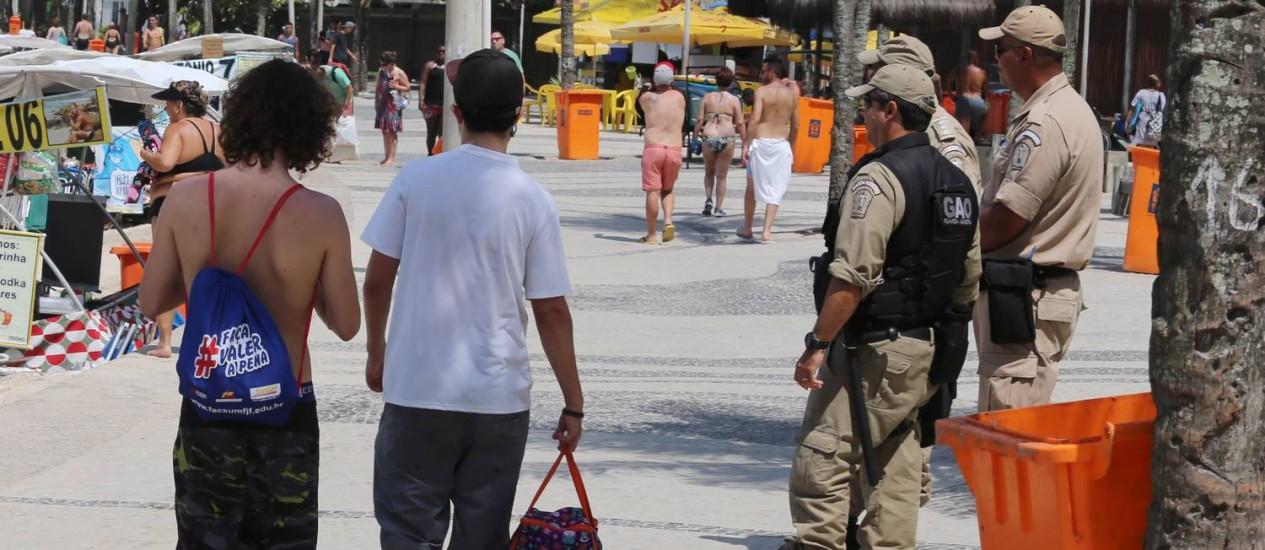 Guardas municipais no calçadão do Arpoador Foto: Fabiano Rocha / Agência O Globo
