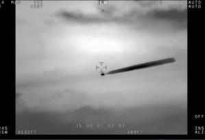 Em dois momentos, o objeto não identificado liberou uma nuvem quente Foto: REPRODUÇÃO/YOUTUBE