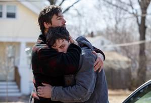 Kyle Chandler e Casey Affleck interpretam irmãos na história escrita e dirigida por Kenneth Lonergan sobre o fim abrupto de uma família e a impossibilidade de dizer o que realmente se sente diante de uma grande perda Foto: Divulgação
