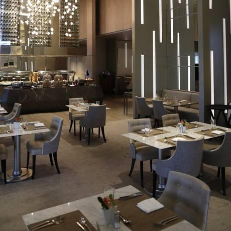 Barra - O salão do restaurante Abelardo, de cozinha contemporânea, no Hilton: aberto ao público Foto: Fabio Rossi