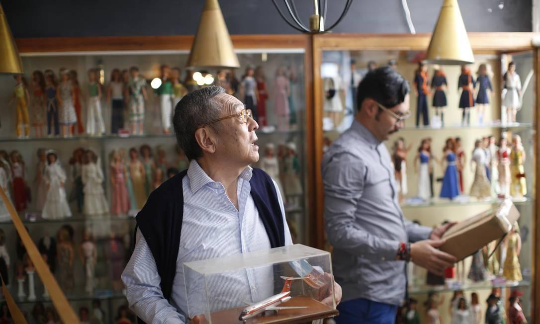Roberto Shimizu, fundador do museu de brinquedos antigos (Museo del juguete antiguo). No acervo, objetos da década de 1940, quando a coleção começou a ser feita. O museu está com uma campanha de arrecadação depois que o governo decidiu cortar o financiamento público para o local. Foto: Dario Lopez-Mills / AP