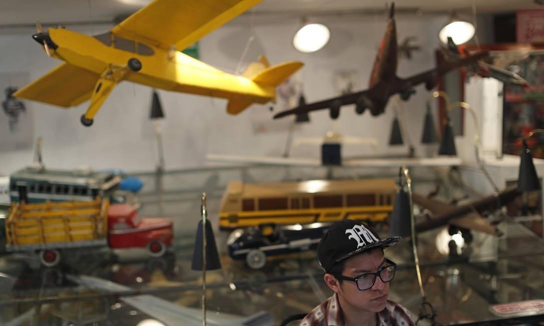 Miniaturas e modelos de aviões e caminhões fazem parte da coleçao do museu, que está repleto de legos, bonecos de super heróis, robôs e outros brinquedos. Foto: Dario Lopez-Mills / AP