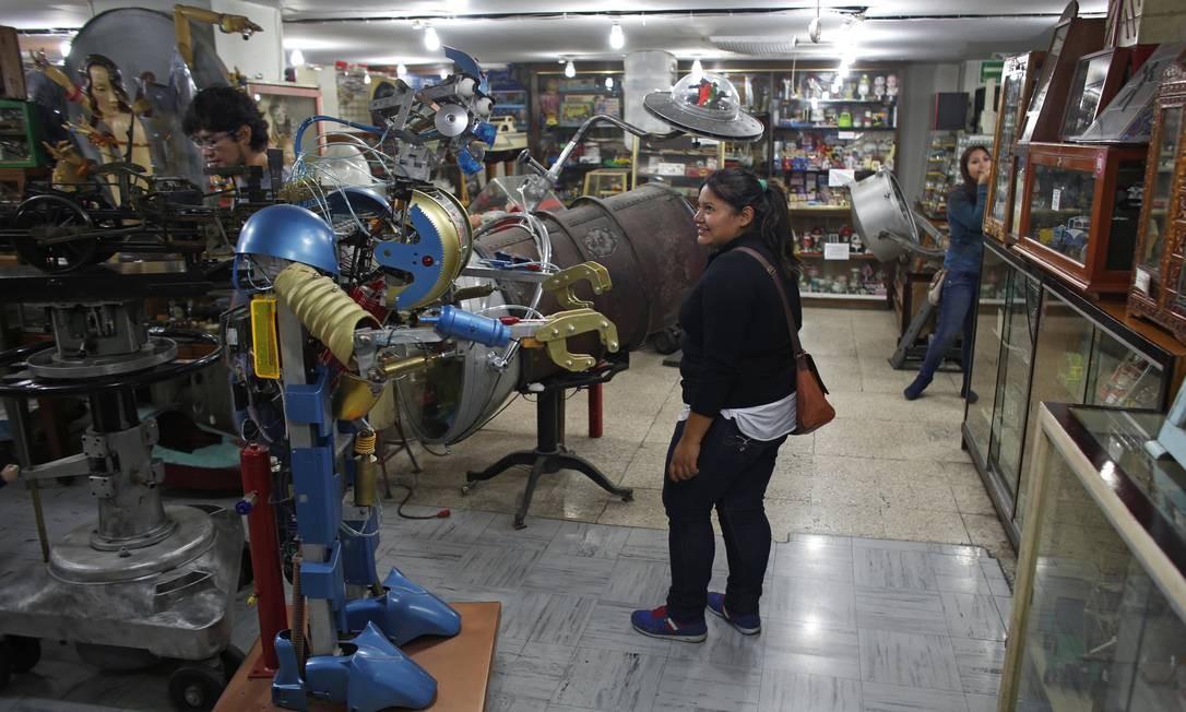 Visitantes observam os brinquedos expostos no museu, que fica em um prédio de quatro andares na Cidade do México, capital do país. Foto: Dario Lopez-Mills / AP