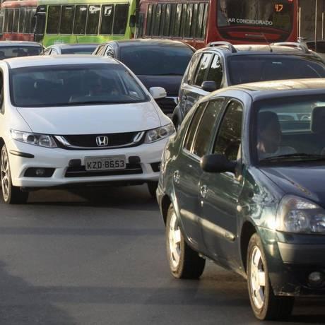 Veículos disputam espaço no trânsito de Niterói: crescimento da frota na cidade teve o menor resultado desde que os levantamentos foram iniciados, em 2001 Foto: Paulo Nicolella / Agência O Globo