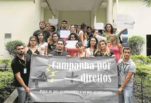 Doutorandos da Fiocruz reivindicam manutenção das bolsas de estudo na fundação: pagamentos atrasados desde novembro Foto: Domingos Peixoto