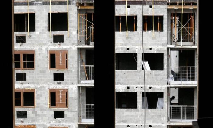 Em queda. Prédios em construção em Jacarepaguá, na Zona Oeste do Rio: JP Morgan calcula que preços dos imóveis ainda caiam de 2% a 3% Foto: O Globo / Custódio Coimbra/28-10-2016