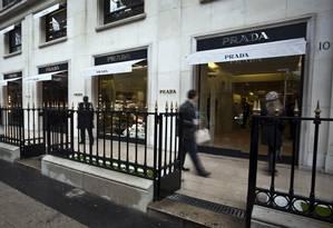Uma Prada para chamar de sua. Prédio da grife em Paris: um brasileiro é proprietário do imóvel que abriga a loja na Avenida Champs-Élysées. Gosta de visitar para sentir que é dono Foto: Balint Porneczi/Bloomberg