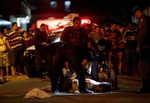 Policiais investigam assassinato em rua de Manaus: Amazonas, que teve 67 mortes por brigas de facções em presídios no início do ano, registrou crescimento de 107% no número de homicídios por 100 mil habitantes Foto: Ueslei Marcelino / Reuters/5-1-2017