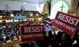 Durante culto na Igreja Metropolitana, em Washington, manifestantes criticam a política de imigração de Donald Trump, num dos muitos protestos marcados até a posse