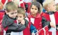Crianças dinamarquesas assistem à competição de vela: socialização é aspecto importante na formação de filhos no país