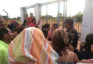 Familiares buscam informações de presos em Alcaçuz Foto: Aura Mazda