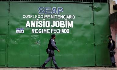 Policial anda na frente da porta do complexo penitenciário Anísio Jobim, em Manaus, onde 56 presos foram mortos no dia 1º de janeiro Foto: Ueslei Marcelino / Reuters / 3-1-2017