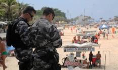 Policiais militares no Arpoador: trabalho conjunto com Guarda Municipal tem dia sem incidentes graves Foto: Custódio Coimbra / Agência O Globo