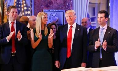 Entre parentes. O presidente eleito Donald Trump sorri enquanto é aplaudido pelo filho Eric Trump (à esquerda), a filha Ivanka e o filho Donald Trump Jr. (à direita) na Trump Tower Foto: SHANNON STAPLETON / SHANNON STAPLETON/REUTERS