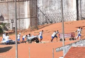 Em rebelião que durou 14 horas no Rio Grande do Norte, facções rivais deixaram 26 mortos, a maioria dos detentos foi decapitada e dois presos foram carbonizados. Perícia foi interrompida e somente deve ser retomada hoje Foto: Josemar Gonçalves / 15-1-2017