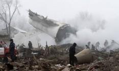 Destroços do avião de carga turco que caiu em área residencial perto do aeroporto de Manas Foto: Vladimir Voronin / AP