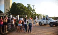 Parentes de detentos aguradam informações sobre mortos em Alcaçuz Foto: ANDRESSA ANHOLETE / AFP