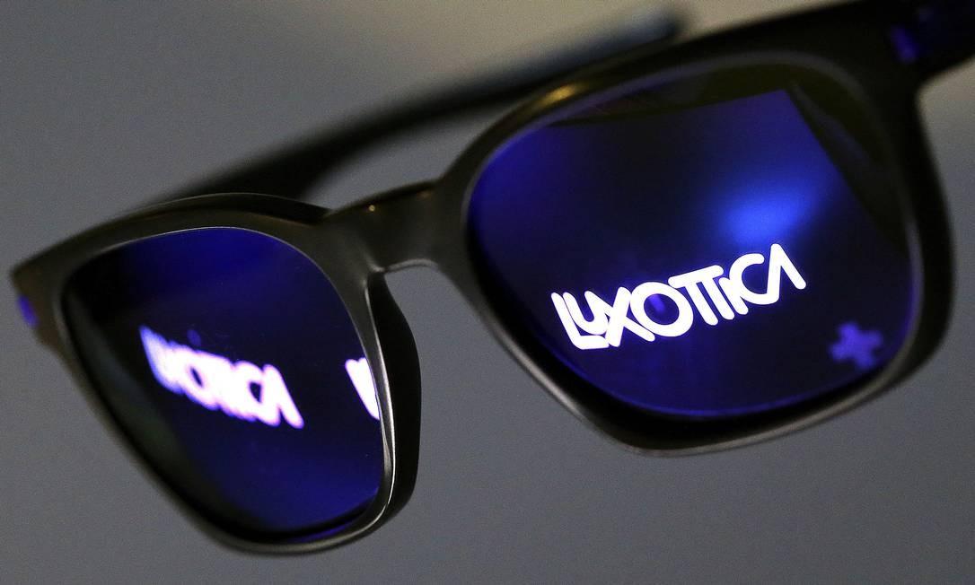 2bcb408f64367 ... de lentes francesa Essilor International anunciou a compra da varejista  de produtos ópticos italiana Luxottica Group