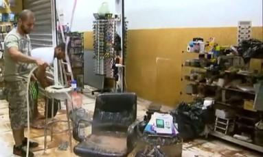 Lojistas de Franco da Rocha tentam recuperar mercadorias depois da forte chuva que atingiu a cidade Foto: Reprodução/TV Globo