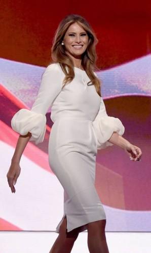 Uma ex-modelo que já foi capa da 'Vogue' e participou de desfiles em Paris, Melania Trump teria tudo para ser a primeira-dama dos Estados Unidos mais alinhada com a moda. No entanto, as declarações agressivas contra mulheres e minorias feitas por seu marido, Donald Trump, durante a campanha eleitoral fez com que vários estilistas se recusassem a vestir a substituta de Michelle Obama. Mesmo assim, as roupas usadas por Melania têm esgotado facilmente nas lojas, como o vestido Roksanda Ilincic que ela usou em julho, durante a sua controversa participação na convenção do Partido Republicano Foto: TIMOTHY A. CLARY / AFP