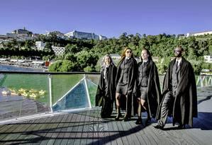 Alunos de preto com suas capas características chamam atenção pelas ruas de Coimbra, e são um atrativo a mais para os turistas Foto: Bruna Grassi / Divulgação