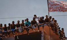 Detentos ocupam telhado da Penitenciária Estadual de Alcaçuz, na região metropolitana de Natal Foto: ANDRESSA ANHOLETE / AFP