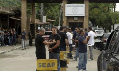 Agentes penitenciários na entrada do Complexo Gericinó Foto: Gabriel de Paiva / Agência O Globo