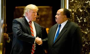 Presidente eleito Donald Trump cumprimenta Martin Luther King III, filho mais velho do também ativista Martin Luther King Jr. após encontro na Trump Tower, em Nova York Foto: DOMINICK REUTER / AFP
