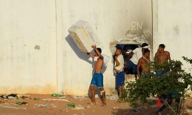 Presos em Alcaçuz dizem que há mais corpos nas fossas da penitenciária na REgião Metropolitana de Natal Foto: ANDRESSA ANHOLETE / AFP