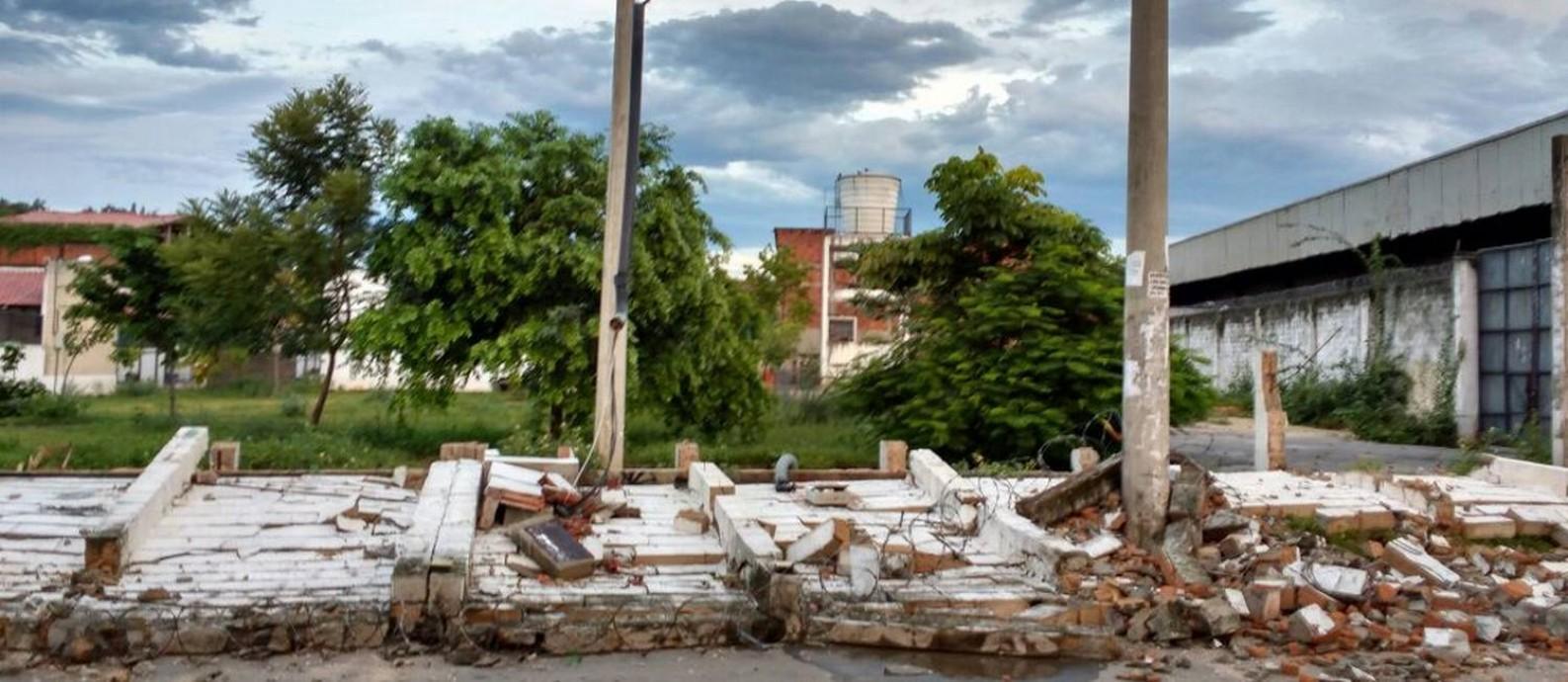 Muro caiu com temporal da última segunda-feira Foto: Divulgação