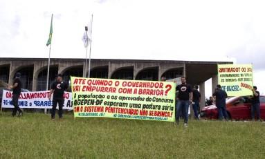 Manifestantes pedem a convocação de aprovados em concurso de agentes penitenciários do Distrito Federal Foto: Jorge William / Agência O Globo