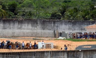 Grupos rivais de prisioneiros se preparam para entrar em confronto, na Penitenciária Estadual de Alcaçuz, na região metropolitana de Natal Foto: ANDRESSA ANHOLETE / AFP