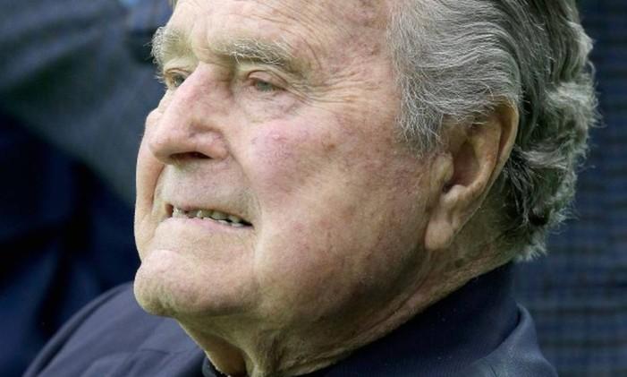 Ex-presidente George H.W. Bush assiste ao aquecimento da partida entre os Houston Texans e os Oakland Riders, em janeiro. Foto: Thomas B. Shea / AFP
