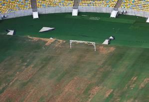 O estado precário do gramado do Maracanã Foto: Nacho Doce