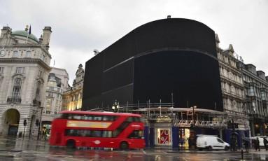 Piccadilly Circus com luzes apagadas em Londres Foto: Dominic Lipinski / AP