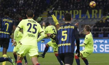 Jeison Murillo, encoberto, fez um golaço de bicicleta para o Inter contra o Bologna Foto: Luca Bruno / AP