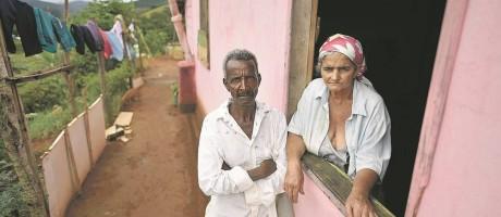 Pedro Joel de Oliveira e esposa Teresinha Gomes de Oliveira, pais de Geraldo Neto, só receberam a vacina dias após a morte do filho. Vivem e trabalham no campo Foto: Douglas Magno/AFP