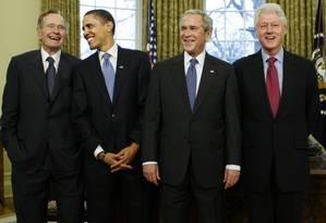 Bush pai, Obama, Bush filho, Clinton e Carter se reúnem no Salão Oval em janeiro de 2009 Foto: J. Scott Applewhite / AP