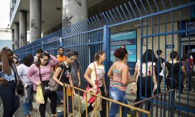 Estudantes chegam a local de prova no Rio de Janeiro Foto: Mônica Imbuzeiro / Agência O Globo
