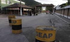 Agentes penitenciários em frente ao Complexo de Gericinó Foto: Pedro Teixeira / Agência O Globo