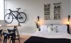 O visual stylist DON JAMΞS também optou por uma decoração com poucas cores, e até mesmo a bicicleta suspensa (ótimo truque para ganhar espaço) preta combina com a paleta de cores Foto: © Instagram/visualgrammar