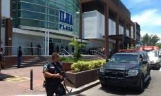 Policiais do Batalhão de Choque trocaram tiros com o assaltante, que ficou ferido Foto: Reprodução / Facebook