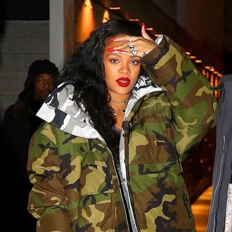 Rihanna e sua jaqueta camuflada, no início do mês, em Nova York Foto: AKM-GSI