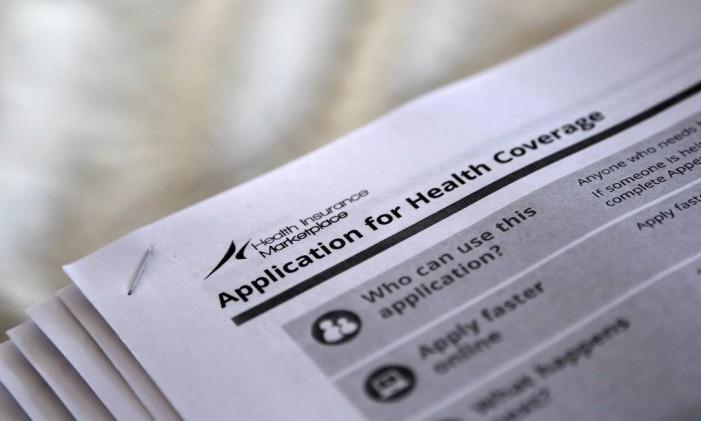 Documento de aplicação para cobertura de saúde no 'Obamacare': programa beneficiou 20 milhões em 2016 Foto: Jonathan Bachman / REUTERS