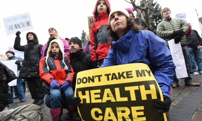 Manifestação com cartaz em apoio ao Obamacare: 'Não levem embora meu plano de saúde' Foto: CHRIS SCHNEIDER / AFP