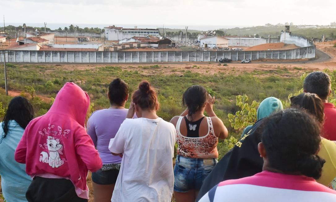 Familiares observam, à distância, a Penitenciária Estadual de Alcaçuz Foto: Josemar Gonçalves/Stringer/Reuters